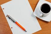 Folha rasgada, caneta e café na mesa, vista de cima. — Foto Stock