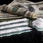 cocaïne drugs ophopen stilleven op een spiegel met warmgewalste 100 dollar — Stockfoto