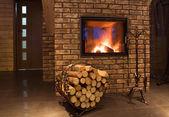 дрова против камин — Стоковое фото
