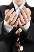 Derramando monedas en las manos — Foto de Stock