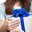 Woman hand holding gift or present box — Foto de Stock