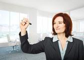 Vrouw met marker — Stockfoto