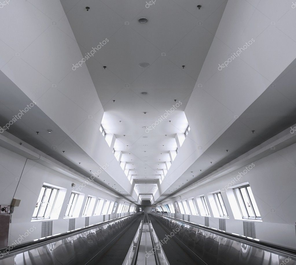 A long moving walkway to transport — Stock Photo #9460607