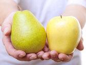 Frukter i händerna. — Stockfoto