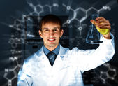 Young chemist working in laboratory — Foto de Stock