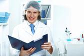 Unga läkare i vit uniform — Stockfoto