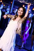 Giovane donna divertirsi alla discoteca night club — Foto Stock