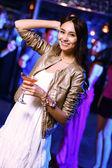 ナイトクラブ ディスコで楽しんで若い女性 — ストック写真