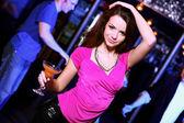 Ung kvinna att ha roligt på nattklubb disco — Stockfoto