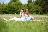 Deux jeunes filles, jouant dans le parc — Photo