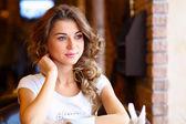 Joven mujer bonita sentados en el restaurante — Foto de Stock