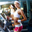 Young woman doing sport in gym — Stockfoto