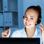 mladá žena v obchodních opotřebení a sluchátka — Stock fotografie