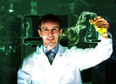 Young chemist working in laboratory — Stockfoto