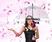 Yaprakları etrafında şemsiyesi altında güzel bir kadın — Stok fotoğraf