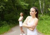 屋外スポーツを行う若い女性 — ストック写真