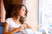 Mladá krásná žena, sedící v restauraci — Stock fotografie
