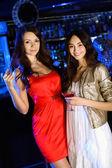 Attraktiv kvinna i nattklubb med en drink — Stockfoto