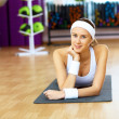 Woman in sport wear doing sport in gym — ストック写真