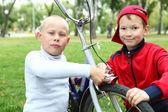 Muchacho en una bicicleta en el parque verde — Foto de Stock