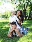 Familie samen in de zomer park — Stockfoto