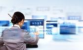 Mulher de negócios trabalhando com telas digitais virtuais — Foto Stock