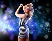 Mladá žena a disco pozadí — Stock fotografie