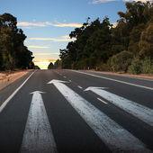 Route de campagne vide avec la flèche blanche — Photo