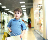 Little boy doing shopping — Stockfoto