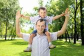 Ojciec z synem w parku — Zdjęcie stockowe