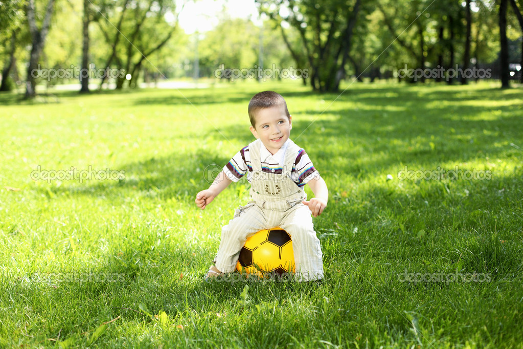 Little boy in the summer park playing with a ball — Stock Photo #10273419