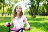 夏の公園で少女 — ストック写真