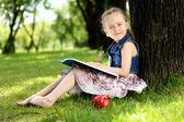 Retrato de una niña en el parque — Foto de Stock