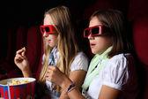 Zwei junge Mädchen, die gerade im Kino — Stockfoto