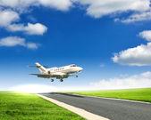 Immagine di un aereo passeggeri bianco — Foto Stock