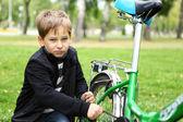 緑豊かな公園で自転車の少年 — ストック写真