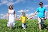 Familia con hijo en el prado — Foto de Stock