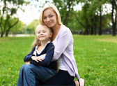 母亲和女儿在公园 — 图库照片