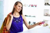 Jeune femme faisant des achats — Photo