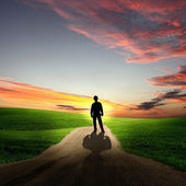 Hombre caminando en la madrugada por carretera — Foto de Stock