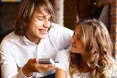 若いカップルのレストランの婚約指輪 — ストック写真