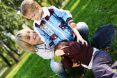 Ung mamma med sin son i sommaren park — Stockfoto