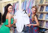 Vendeur de fille aide les acheteurs — Photo