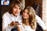 Jong (echt) paar met verlovingsring in een restaurant — Stockfoto