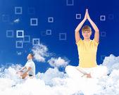 Ung kvinna gör yoga mot blå himmel — Stockfoto