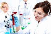 Wetenschappers in laboratorium — Stockfoto