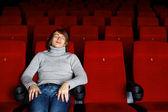 Hombre joven en el cine viendo la película — Foto de Stock