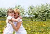 Flicka med mamma i vår park — Stockfoto