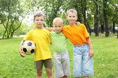 Chicos en el parque con una bola — Foto de Stock