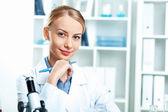 Unga forskare som arbetar i laboratoriet — Stockfoto
